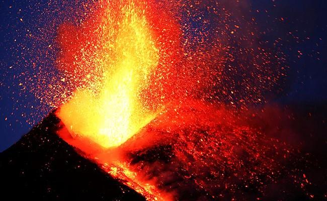 Вулкан Этна забросал туристов камнями