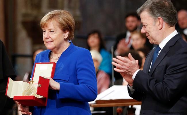 Меркель вручили награду за помощь беженцам