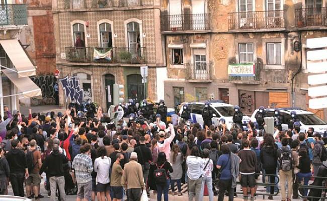 Португалия: протесты в Лиссабоне против выселения бездомных из заброшенного дома