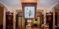 Известный художник украсил отель корнями и ветками