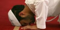 В Эмиратах водителей начнут наказывать за молитвы