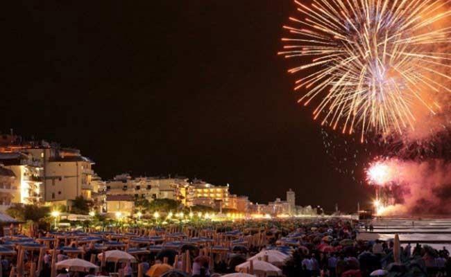 Италия: спектакль из фейерверков на Лунгомаре Неаполя