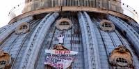 Отчаявшийся итальянец пока не спустился с купола собора в Ватикане
