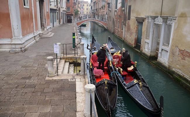 В Италии едва не утонул поющий гондольер