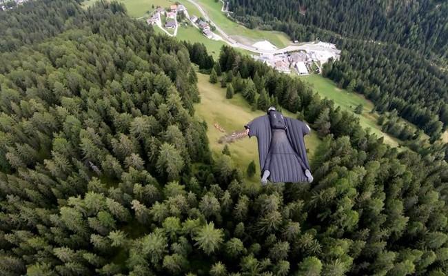 В Италии экстремалы пролетели сквозь щель в горном массиве