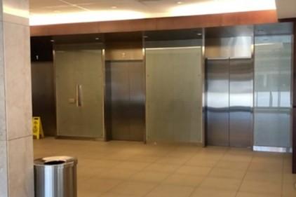 Мужчина упал с десятого этажа в сорвавшемся лифте и остался цел
