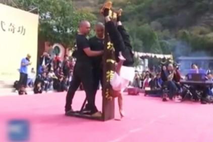 Шаолиньский монах научился стоять на одном пальце руки