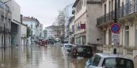 Наводнения на Юге Франции блокируют детей в школах