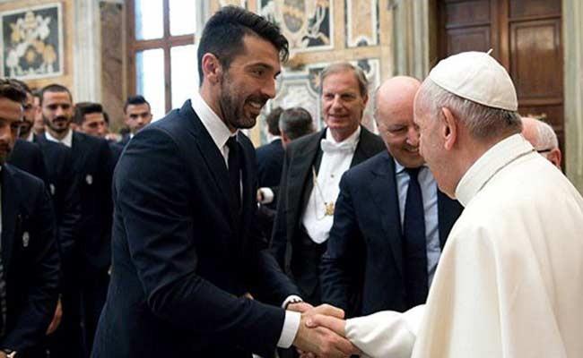 Италия: «Ювентус» подарил клубную футболку Папе Римскому