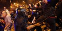 Испания: в Барселоне полицейских забросали туалетной бумагой