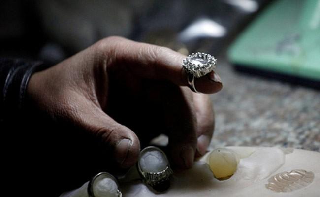 Женщине посоветовали разорвать помолвку из-за поддельного кольца
