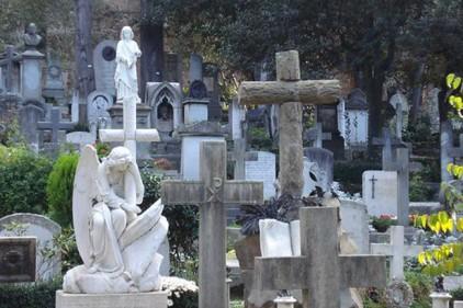Наркоторговец прятал кокаин в могилах на кладбище в Риме