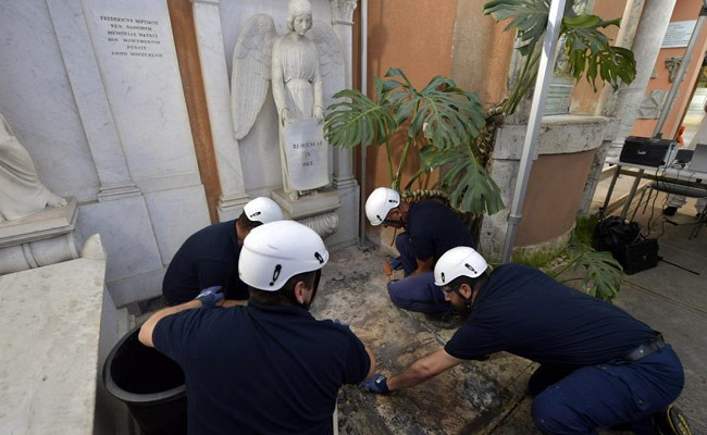 Италия: две могилы вскрыли в Ватикане из-за пропавшей девочки